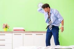 年轻商人雇员晚为办公室 免版税库存图片