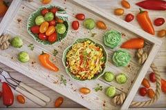 年轻圆白菜沙拉用胡椒和玉米 图库摄影