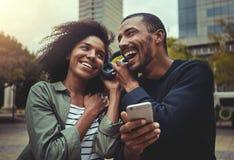 年轻在一副耳机的夫妇听的音乐 库存图片