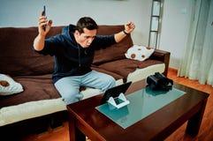 年轻在他的片剂的男孩赢得的电子游戏 免版税库存照片