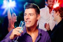 年轻在当事人的人饮用的香槟 库存照片