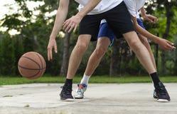 年轻在滴下与球的篮球场人 Streetball,训练,活动 库存图片
