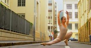 年轻在街道上的芭蕾舞女演员实践的芭蕾舞蹈在城市4k 股票视频