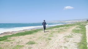 年轻坚强男人 足迹奔跑 晴朗的大风天 风雨如磐的海 t 影视素材