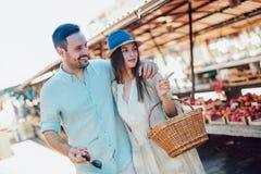 年轻夫妇买的水果和蔬菜在市场上 免版税库存照片