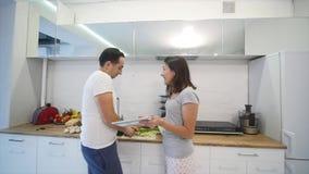 年轻夫妇争吵在厨房里 在失望的男人和妇女尖叫和愤怒姿势示意 慢的行动 股票录像