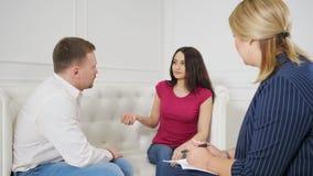 年轻夫妇争吵在家庭心理学家前面 股票录像