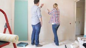 年轻夫妇争论和havng冲突录影由于他们新的公寓设计  有的家庭冲突一会儿 影视素材