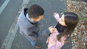 年轻夫妇争论在街道,留下单独他的女朋友的人上,走开 股票录像
