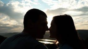 年轻夫妇亲吻的鼻子和微笑对日落 股票视频