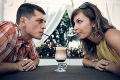 年轻夫妇会议在咖啡馆 图库摄影
