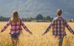 年轻夫妇冥想麦田 免版税库存图片