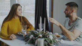 年轻夫妇在午餐以后吃点心和谈话在咖啡馆户内 库存图片