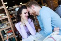 年轻夫妇在咖啡店的日期 免版税库存照片