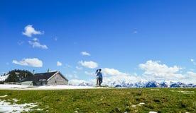 年轻夫妇在Schafberg山,奥地利边缘站立  图库摄影