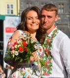 年轻夫妇在Vyshyvanka 库存图片