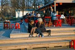 年轻夫妇坐步有街道的咖啡馆日期 免版税库存照片