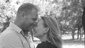 年轻夫妇夏天公园 影视素材