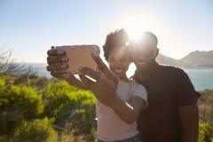 年轻夫妇姿势为在Clifftop的假日Selfie 库存照片