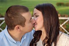 年轻夫妇家庭亲吻 库存照片