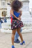 年轻夫妇慷慨激昂地跳舞在正方形的拉丁舞蹈, vi 免版税库存图片