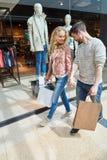 年轻夫妇挥动,当购物时 免版税图库摄影