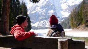 年轻夫妇旅行 坐长凳和谈话 股票视频