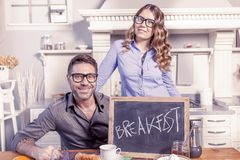 年轻夫妇显示有早餐邀请的一个委员会 免版税库存图片