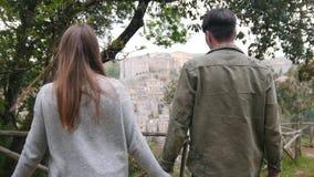 年轻夫妇来到握手和看在古镇的观察台 影视素材