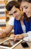 年轻夫妇特写镜头画象使用片剂的 库存图片
