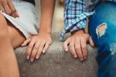 年轻夫妇的手在爱的在第一位da 图库摄影