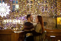 年轻夫妇站立拥抱反对光亮的欢乐诗歌选 库存图片