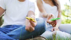 年轻夫妇获得与手锭床工人的乐趣在公园 影视素材