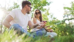 年轻夫妇获得与手锭床工人的乐趣在公园 股票视频