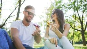 年轻夫妇获得与手锭床工人的乐趣在公园 股票录像