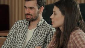 年轻夫妇谈话在咖啡馆 图库摄影