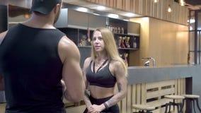 年轻夫妇谈话在酒吧在健身房的一种锻炼以后 影视素材