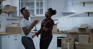 年轻夫妇跳舞在他们新的家 股票视频