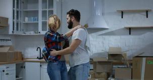 年轻夫妇跳舞在他们新的家 股票录像