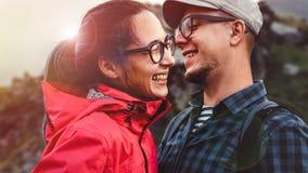 年轻夫妇远足者笑和享受假期 库存图片