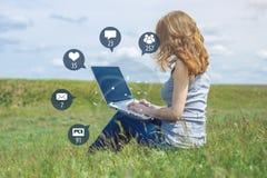 年轻女人为娱乐和通信使用电话在互联网上 人脉和媒介的概念 向量例证