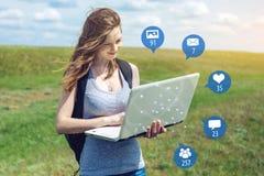 年轻女人为娱乐和通信使用电话在互联网上 人脉和媒介的概念 库存例证