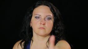 年轻女人做与她的握和举她的手指的眼睛的锻炼 股票视频