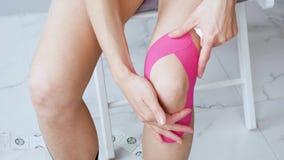 年轻女人做自己把膝盖之后修复坐录音的 股票视频
