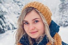 年轻女人冬天画象 愉快的女孩特写镜头画象  表达阳,真实的brightful情感 库存图片