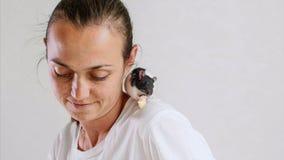 年轻女人和宠物鼠坐她的肩膀食用一顿早餐一起 库存图片