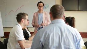 年轻女人商业领袖经理教练给活动挂图介绍解释不同的雇员小组的图表在 影视素材
