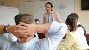 年轻女人商业领袖经理教练给活动挂图介绍解释不同的雇员小组的图表在 股票视频