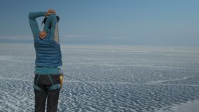 年轻女人在一个冻湖的岸做准备身分 股票录像