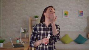 年轻女人在从烧伤的伤痕上把奶油放在她的面孔 股票视频